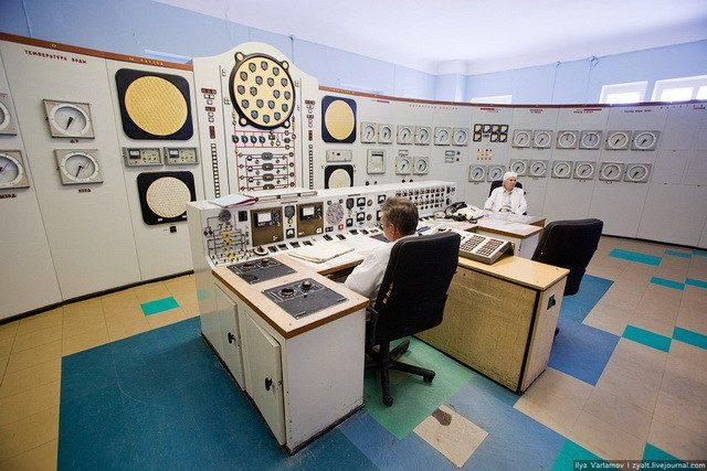 Soviet-powerplant-control-room_6